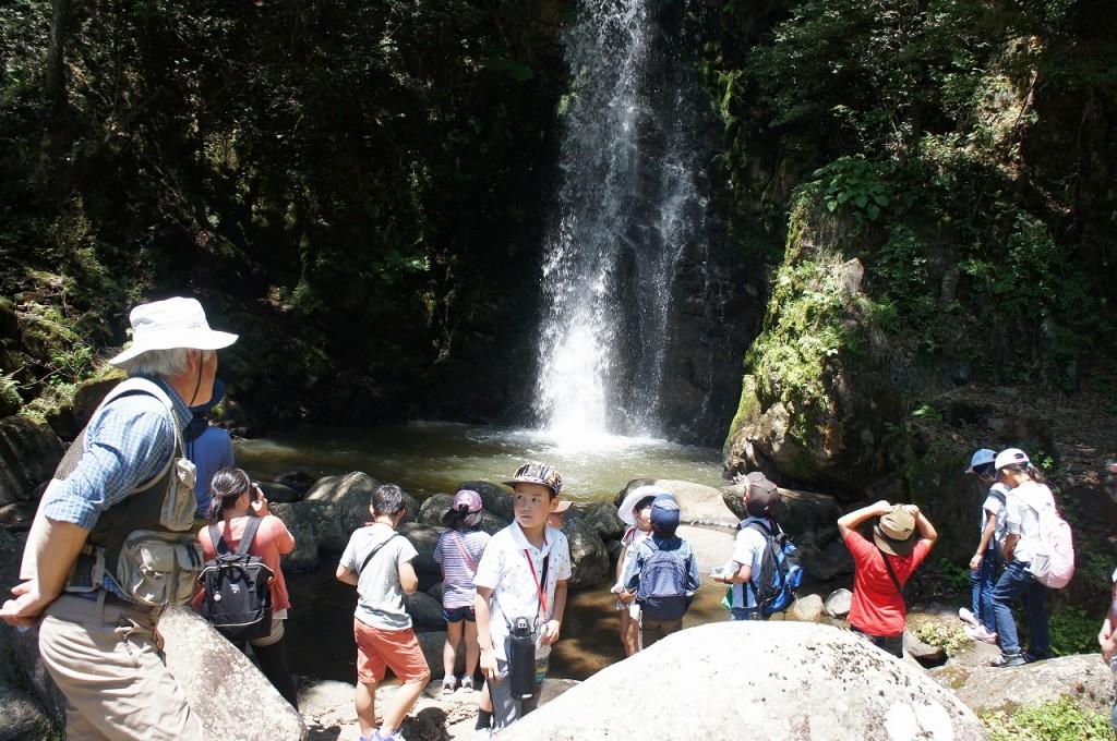 大きな滝の迫力に魅せられます。こども達にはここに住む竜がみえるとか・・・?