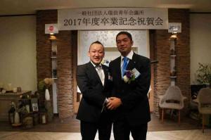 水野次年度理事長予定者(左)と有賀卒業生(直前理事長)
